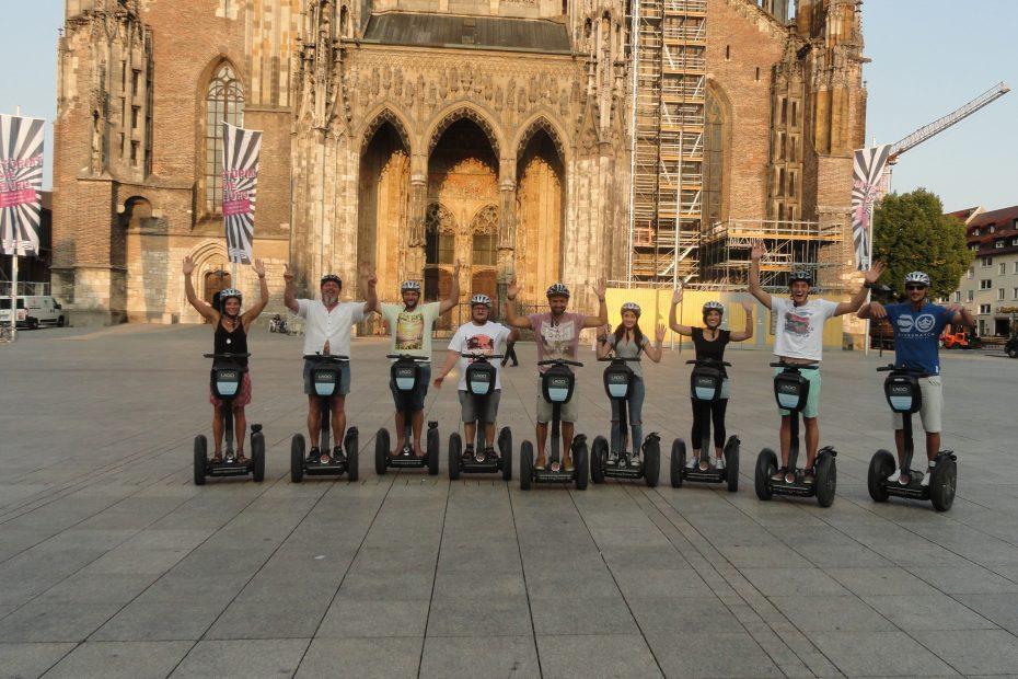 Touristen mit dem Segway vor dem Ulmer Münster. Münsterplatz Ulm. Segway Tour durch Ulm
