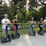 Gruppe Touristen mit dem Segway durch Ulm. Stadtführung